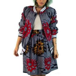 un femme porte veste et jupe en wax hollandais fabriqués dans l'atelier parisien de Sabina Nougarède