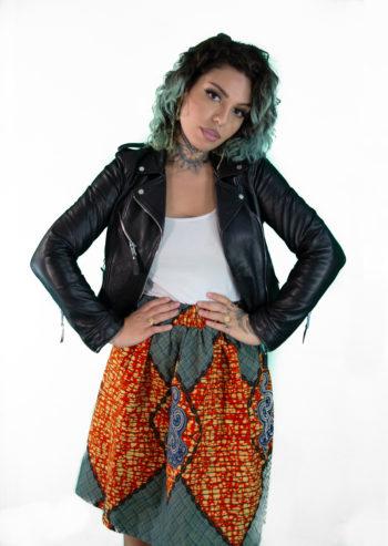 une femme porte une jupe en wax hollandais