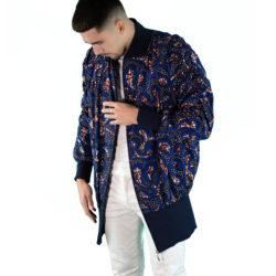 un homme porte veste en wax hollandais unisexe fabriqué dans l'atelier parisien de Sabina Nougarède